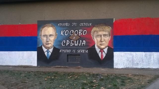 Senenin başında Belgrad'da bir duvarda görülen bu grafiti, Trump'ın da Kosova'nın Sırbistan olduğu görüşünü paylaştığını resmediyordu.